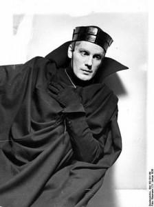 448px-Bundesarchiv_Bild_183-S01144,_Berlin,_Gustav_Gründgens_als_'Hamlet'